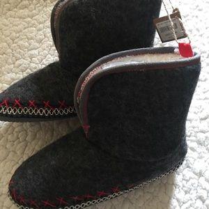 American Eagle slippers